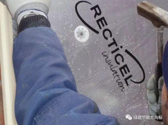 工人正在安装保温复合板