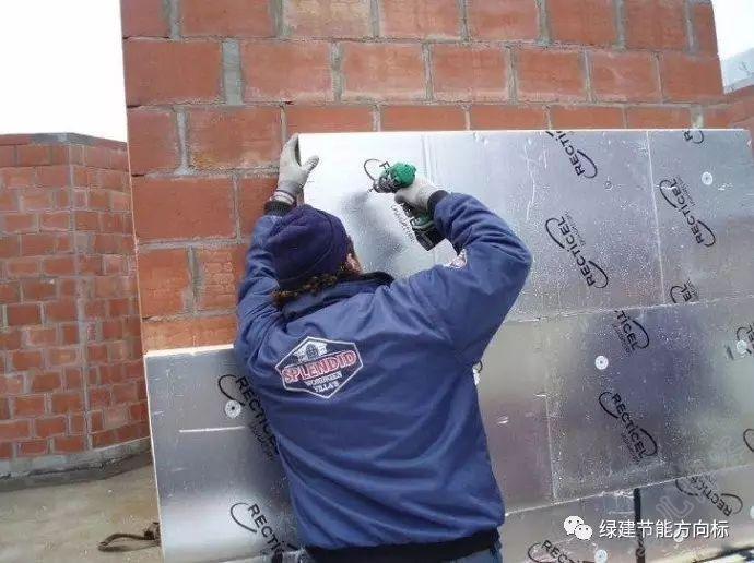工人正在安装聚氨酯保温板