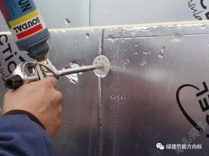 工人正在固定聚氨酯复合板